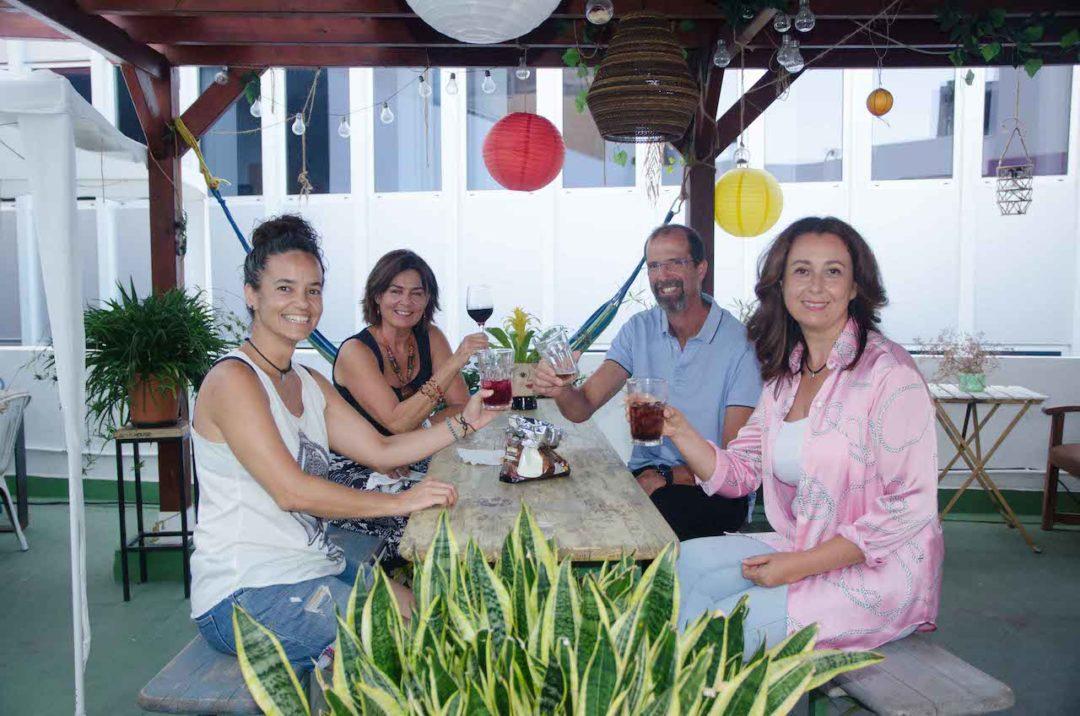 Tres mujeres y un hombre brindando