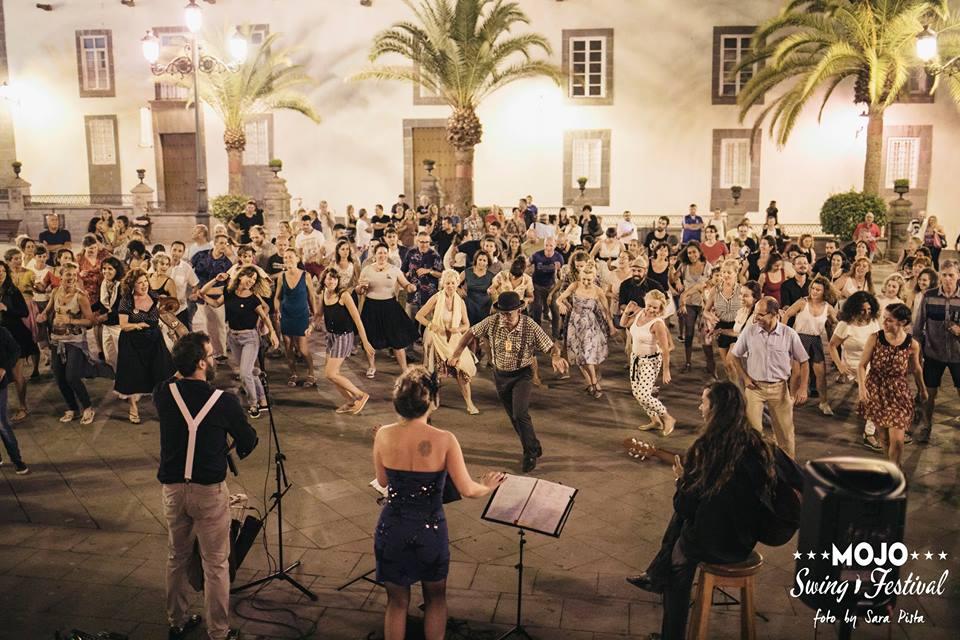 Grupo de gente bailando en la plaza de Santa Ana